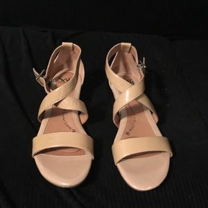 Sofft tan/beige patent leather strappy sandal